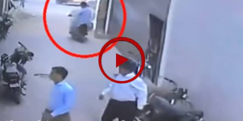 CCTV footage of snatching in broad daylight in Karachi (VIDEO)