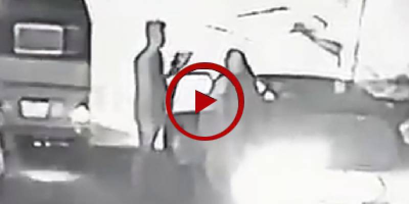 Robbers snatch valuables from family in Karachi (VIDEO)