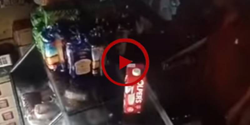 CCTV footage of Karachi shop robbery in broad daylight (VIDEO)