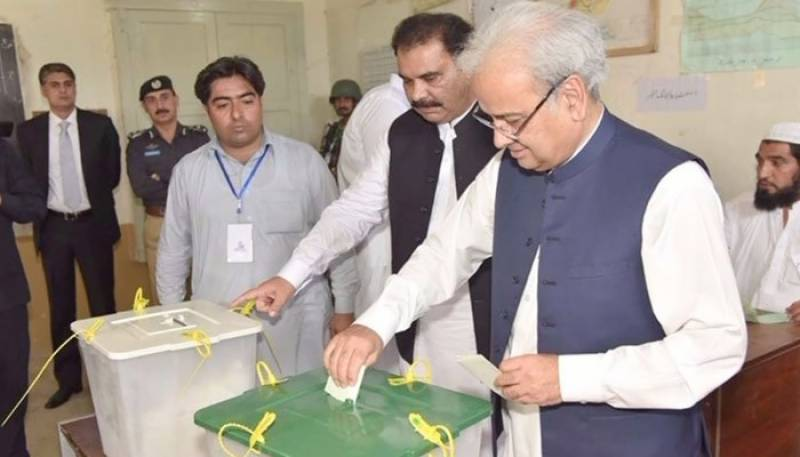 Elections 2018: Caretaker PM Nasir-ul-Mulk casts his vote in Swat
