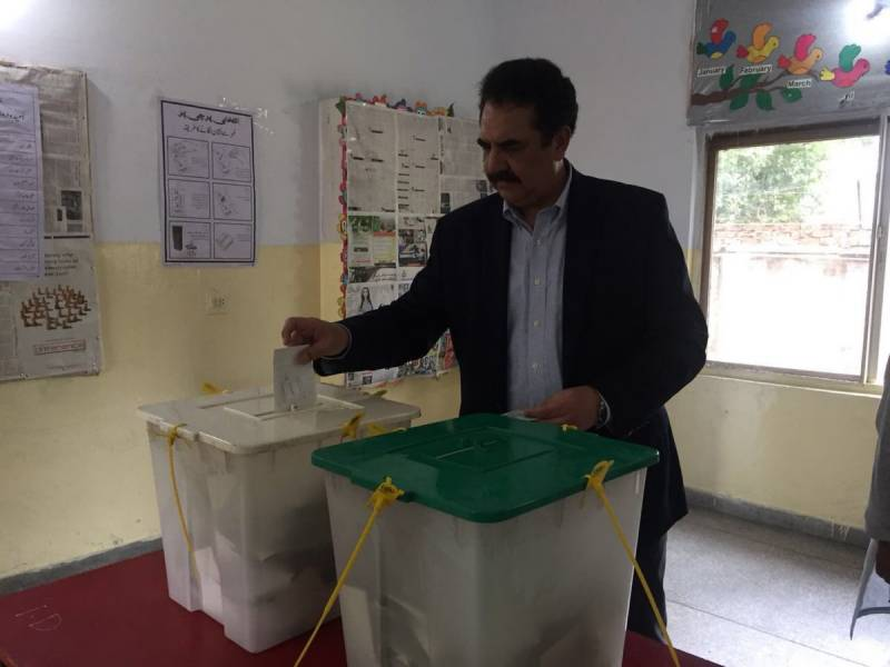 Gen (r) Raheel Sharif casts vote in Lahore for General Elections 2018