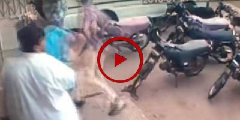 CCTV footage of mobile snatching in Karachi (VIDEO)