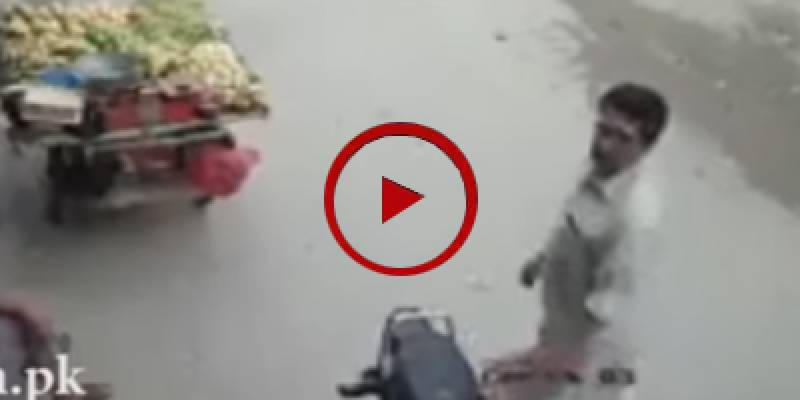 CCTV footage of of mobile snatching in Peshawar (VIDEO)