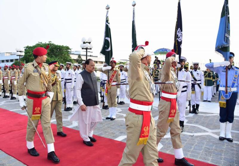 President Mamnoon Hussain receives farewell guard of honour