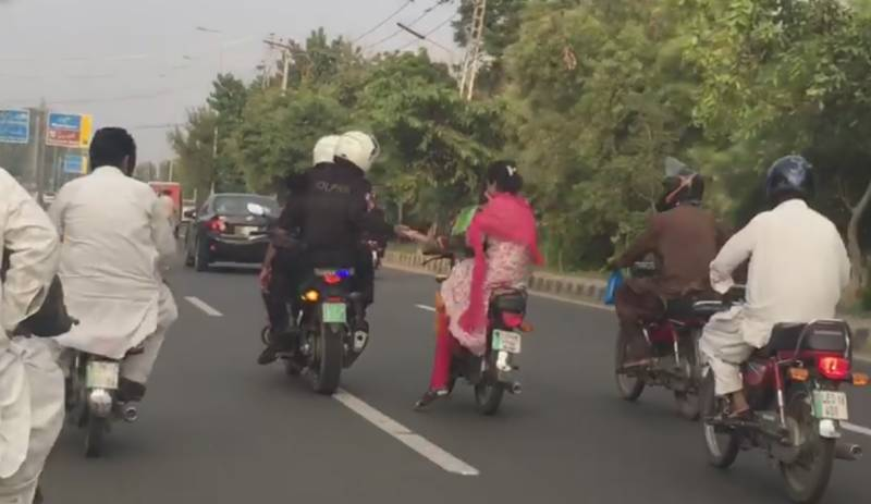 Dolphin Police lend a helping hand to biker girls in Lahore (Video)