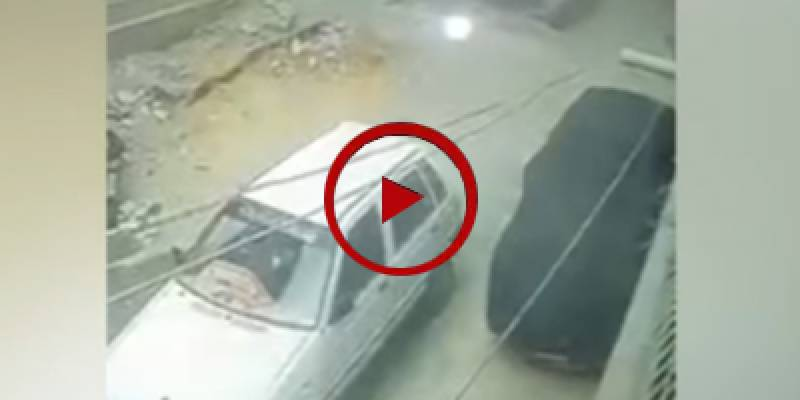 Robbers loot car in broad daylight in Karachi (VIDEO)