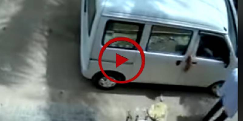 Robbers loot family inside car in Karachi (VIDEO)
