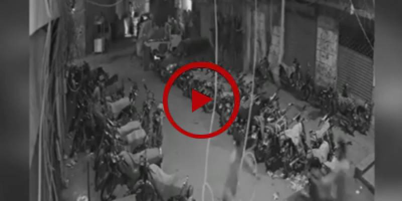 CCTV footage of snatching mobile from motorcyclist in Karachi (VIDEO)