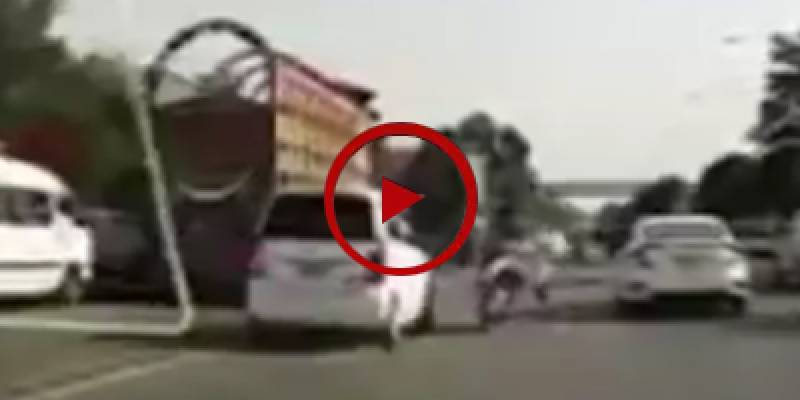 Horrific accident videotaped on expressway Islamabad (VIDEO)
