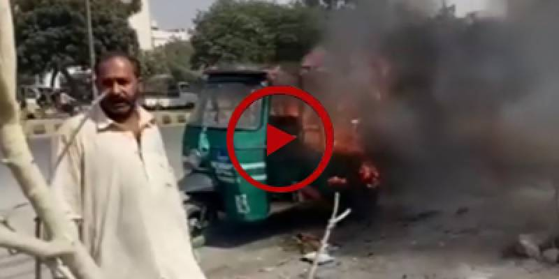 Man sets his rickshaw on fire for not getting CNG supply (VIDEO)