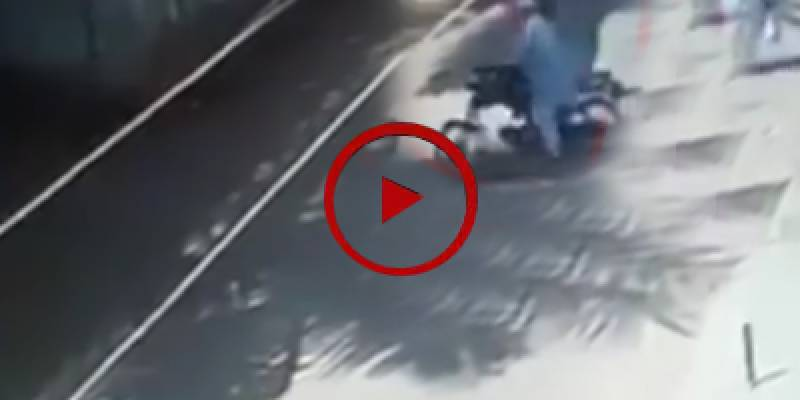 Robbers loot motorcyclist in Karachi (VIDEO)