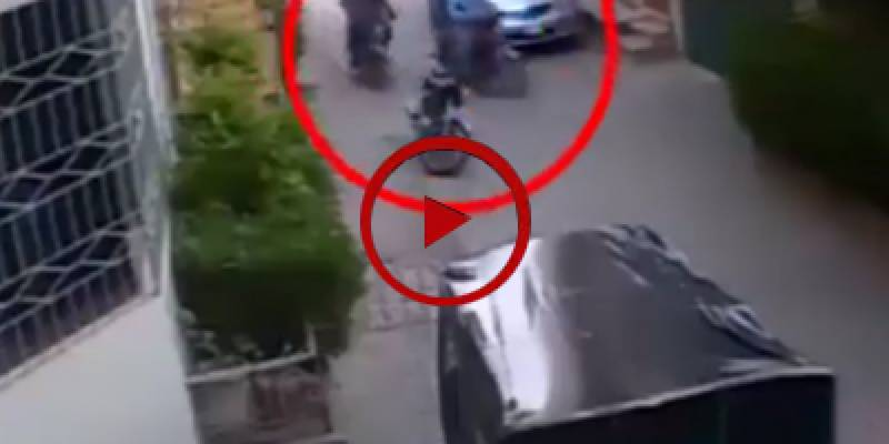 Robbers snatch valuables from a couple in broad daylight in Okara (VIDEO)