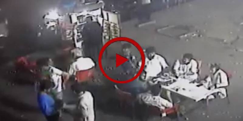 Robbery attempt at gunpoint in Karachi's restaurant (VIDEO)
