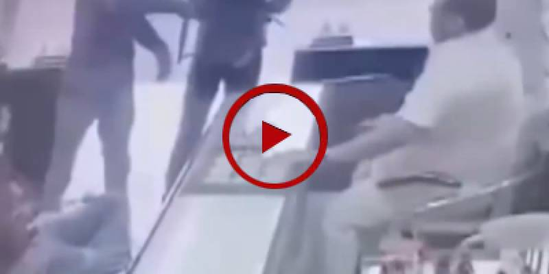 Shopkeepers beat up armed robbers in jewelry shop (VIDEO)