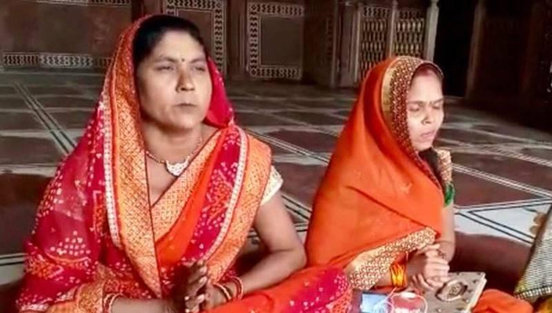 Indian Hindu women hold 'puja' inside Taj Mahal mosque
