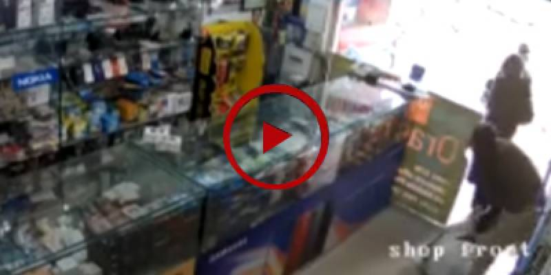 Robbery at Rawalpindi's mobile shop in broad daylight (VIDEO)
