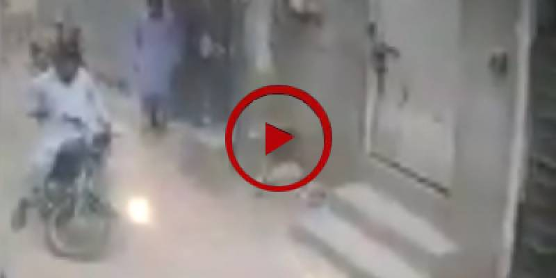 Two robbers loot a citizen in broad daylight in Karachi (VIDEO)