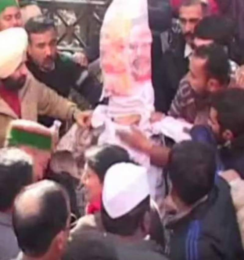 Did Indians burn themselves while trying to burn Imran Khan's dummy? Here is the truth
