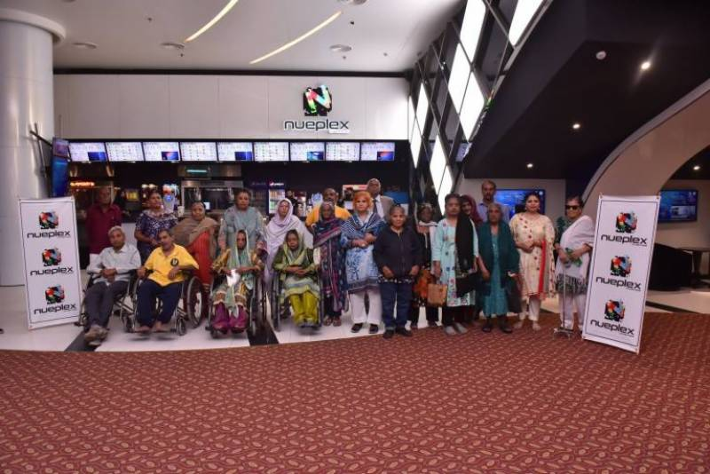An old home arranged a special film screening for senior citizens and it warms our heart