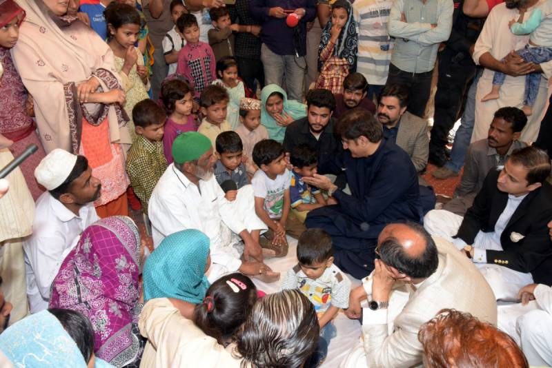 CM Sindh visits family of Mufti Usmani's guard, offers treatment for children