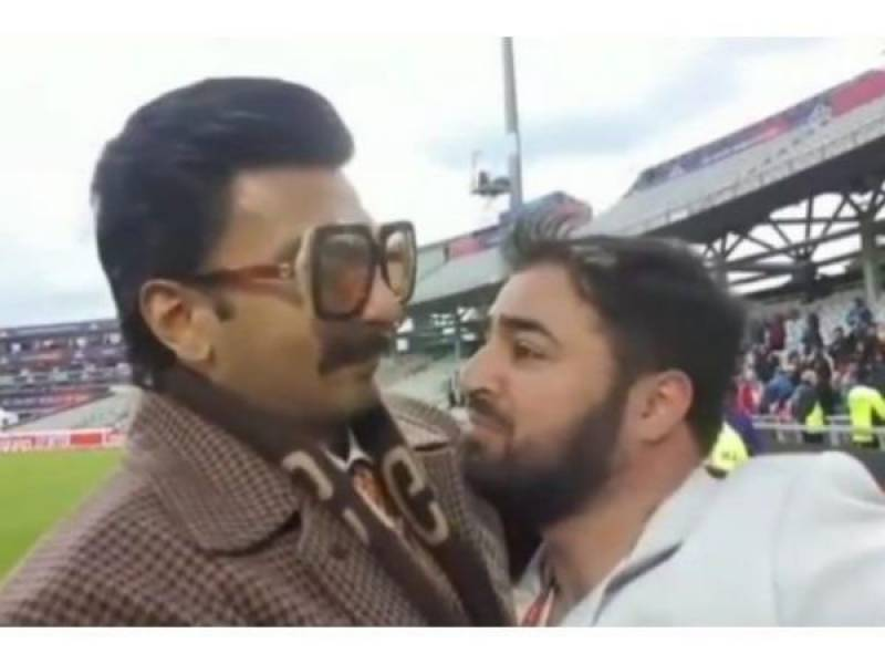 Ranveer Singh has won our hearts by consoling a Pakistani fans during the PakvsIndia match