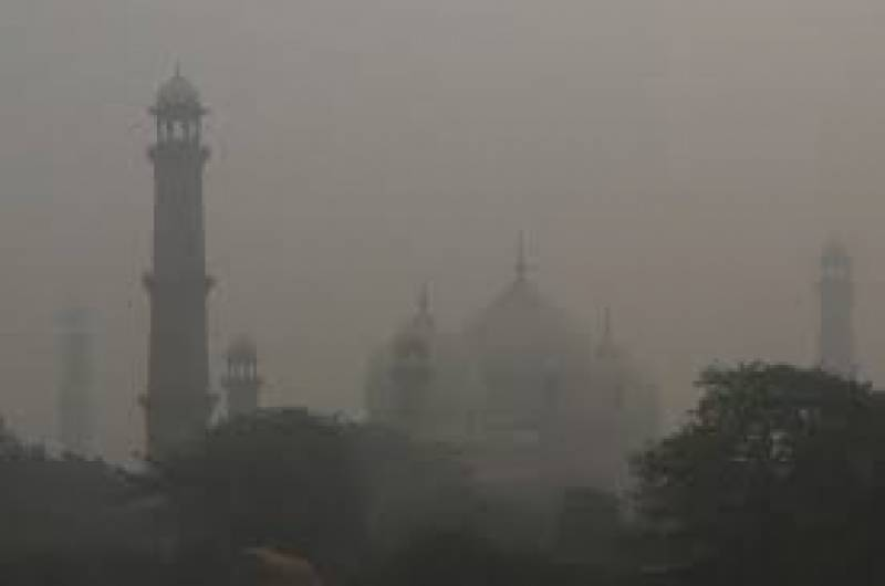 Thick smog covers Lahore once again as AQI hits 408