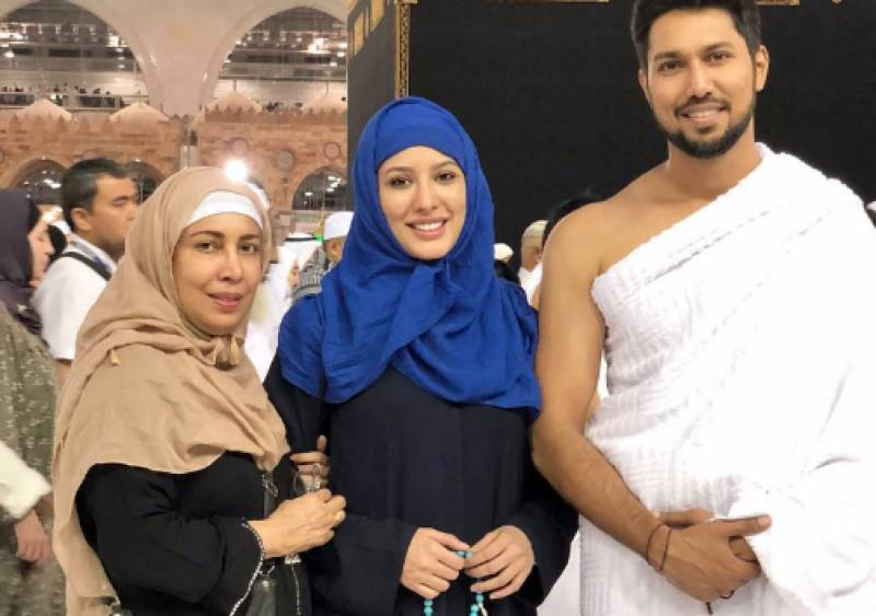 Mehwish Hayat performs Umrah with family by times pakistan