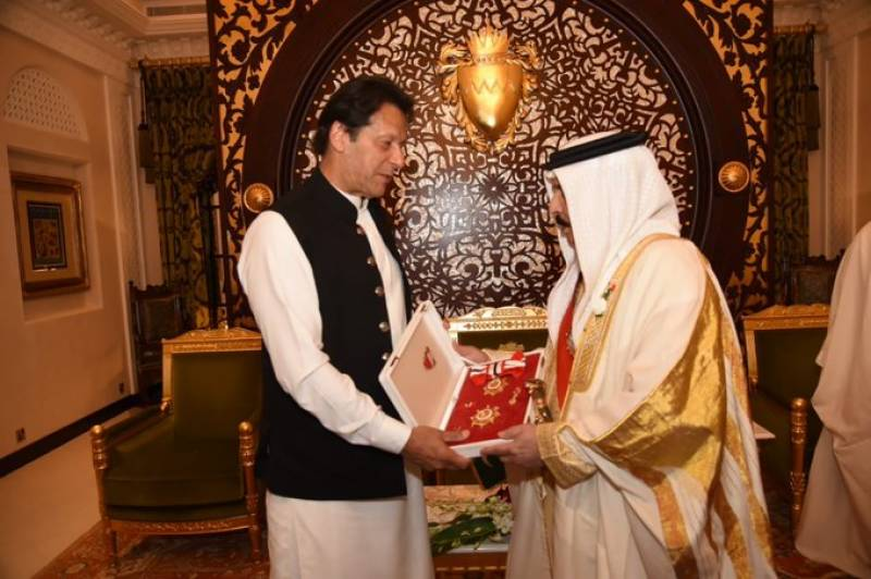 King Hamad confers Bahrain's highest civil award on PM Imran