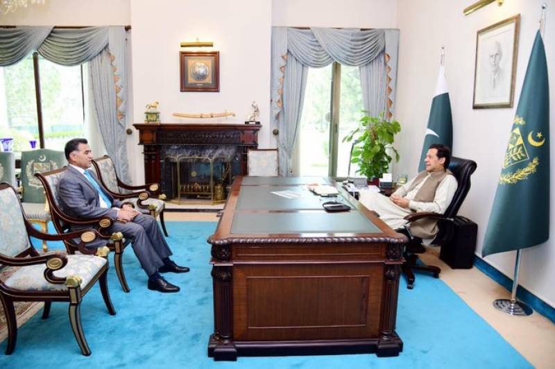 PM Imran discusses national security with ISI chief, SAPM
