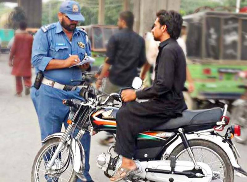 Lahore police to issue challan tickets for driving without mask amid COVID-19