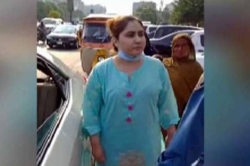 Lahore woman booked for slapping traffic warden — Video