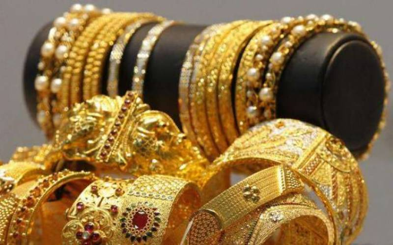 Gold price surges by Rs750 per tola