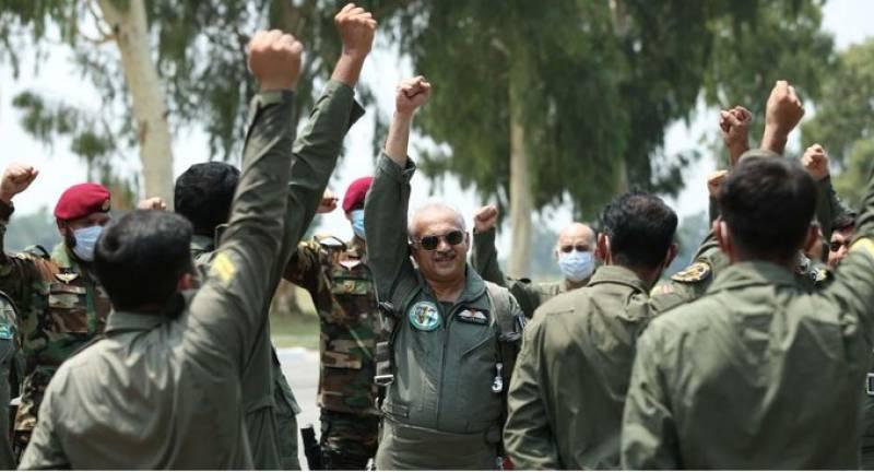 Pakistan Air chief assesses flight performance of dual seat JF-17B