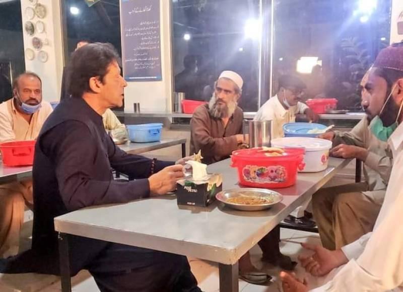 PM Imran visits Islamabad panagah, eats food being provided to people
