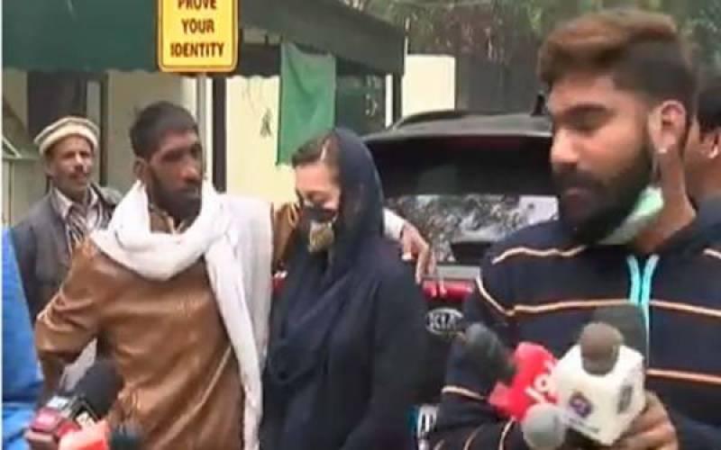 Marriyum Aurangzeb ditches crazy fan wanting a selfie (VIDEO)