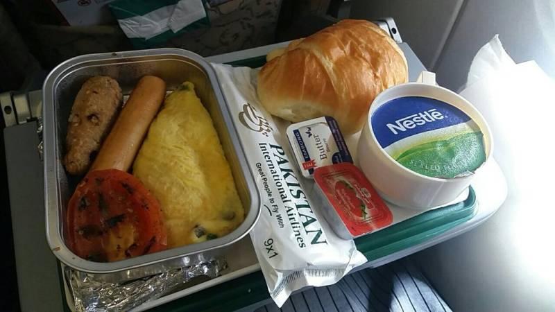 COVID-19: Pakistan bans in-flight meal service on domestic flights
