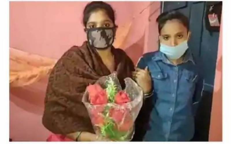 Girl marries cousin-sister at Indian temple