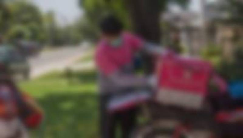 Delivery man robbed of six burgers in Gujranwala (VIDEO)