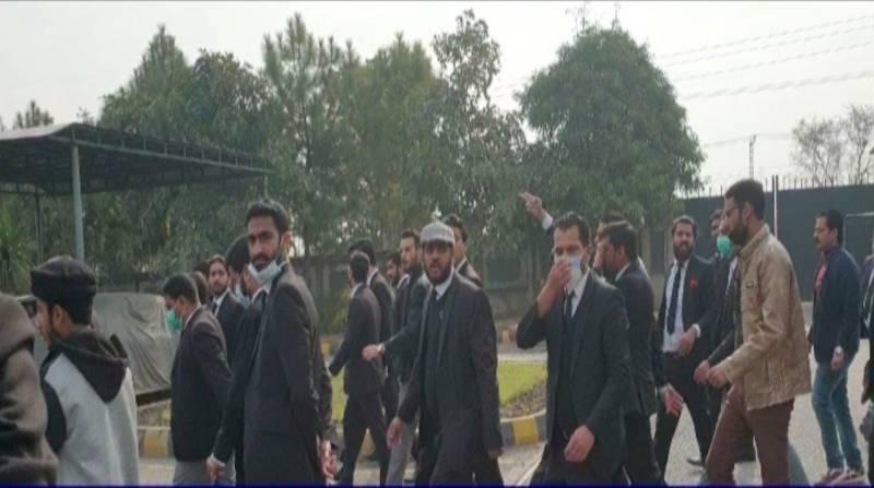 Lawyers barge into IHC building after CDA razes chambers