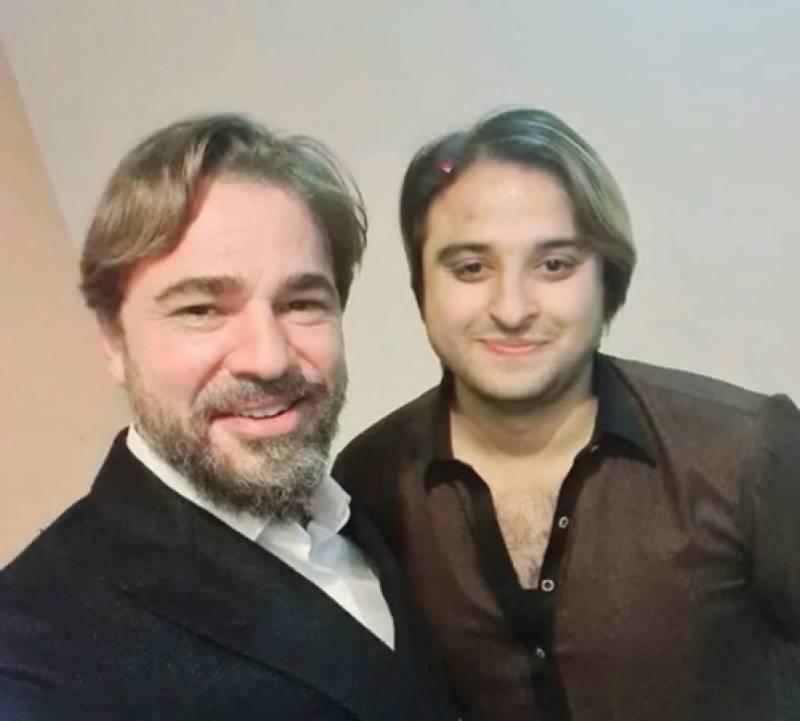 'Ghabrana Nahi Hai' – Kashif Zameer reassures Pakistanis of Ertugrul star Engin Altan's visit in latest video