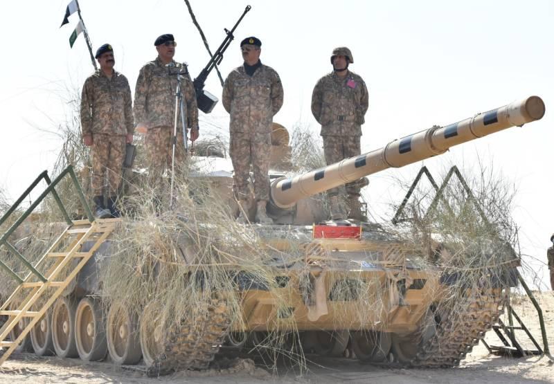 Zarb-e-Hadeed – COAS Bajwa visits field training area in Cholistan Desert (VIDEO & PICS)