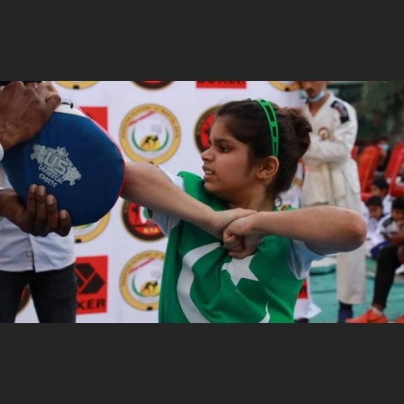 Pakistani girl, 8, beats Indian martial arts instructor to set new world record (VIDEO)