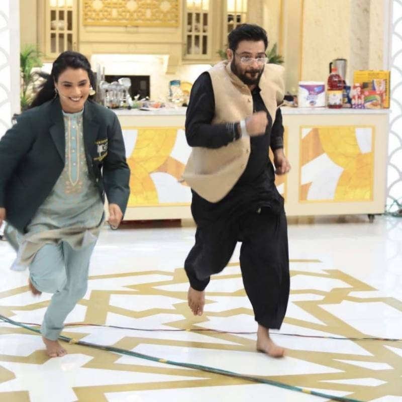 Aamir Liaquat takes a terrible fall during race in Ramadan show (VIDEO)