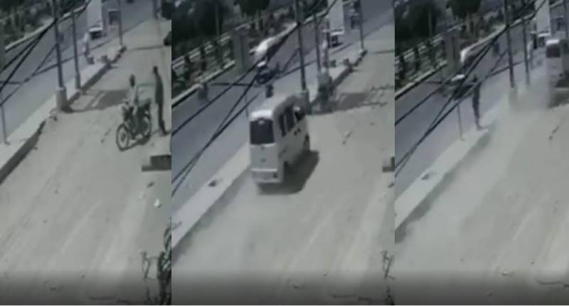WATCH – Mini van driver runs over 'robber' in Karachi