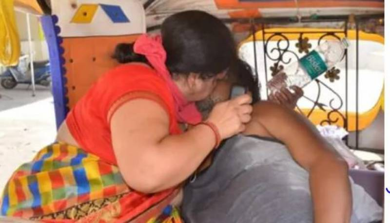 Woman tries to revive dying husband in auto rickshaw as India runs out of oxygen