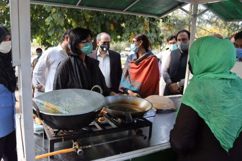 Sania Nishtar visits Islamabad market to review street hawkers' economy