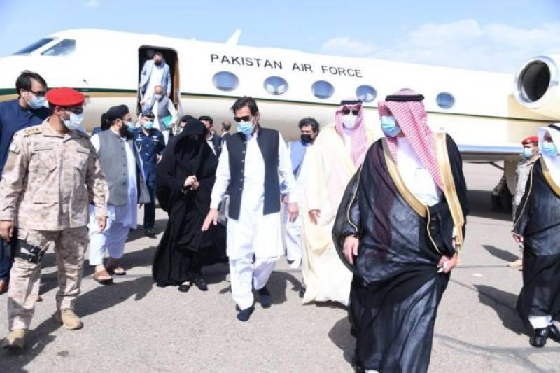 PM Imran and wife Bushra walk barefoot to Masjid-e-Nabwi (VIDEO)