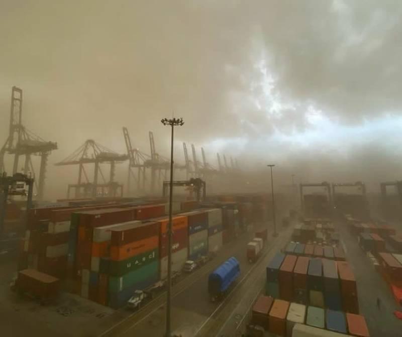 Dust storm leaves 4 dead in Karachi