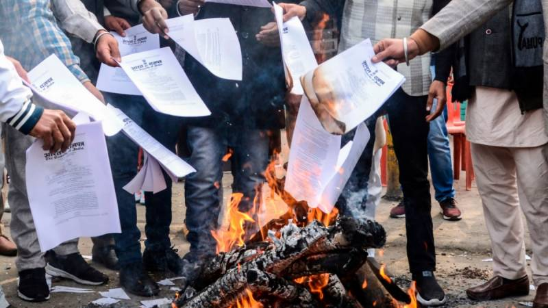 Protesting Indian farmers burn copies of farm laws outside BJP leaders' houses