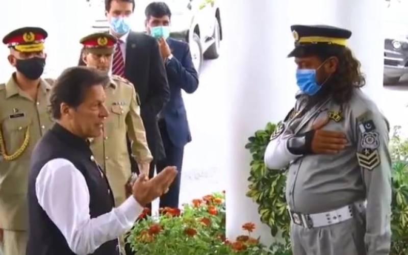 Watch: Traffic warden in viral video wins PM Imran's heart